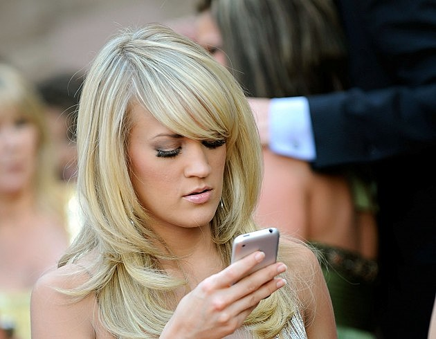 Carrie Underwood using her cell phone