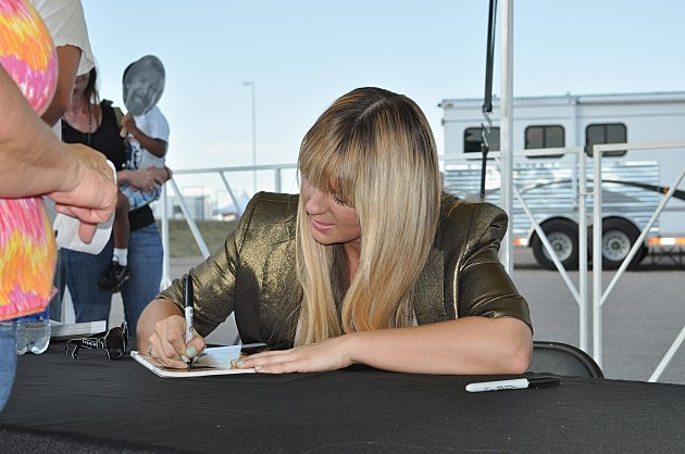 Jaida Dreyer Signs Autographs