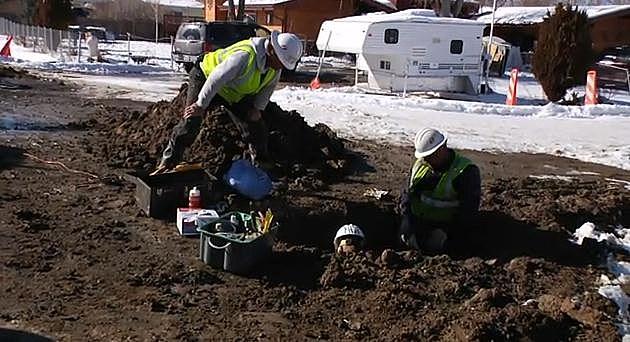 XCel Energy Workers dig pipline