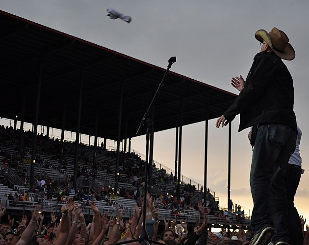 Dave Jensen throws T-shirt to the crowd at Cheyenne Frontier Days