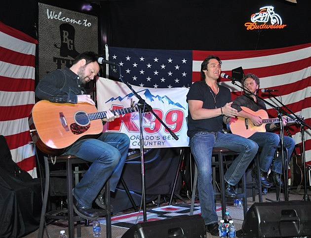 Joe Nichols talks to the Sold Out Crowd at the Boot Grill
