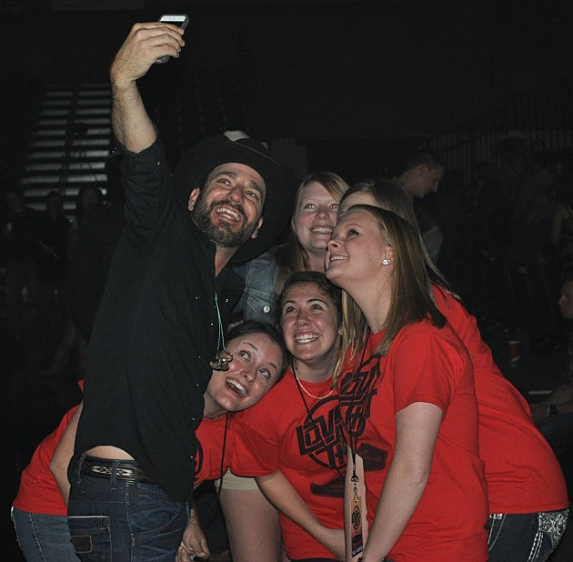 Craig Campbell takes selfie with fans at UNC in Greeley